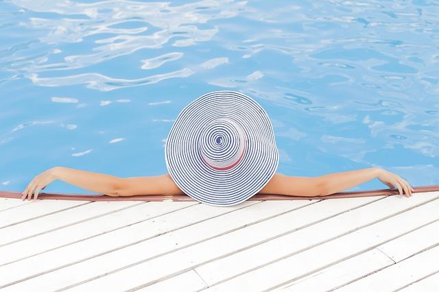 s kloboukem v bazéně