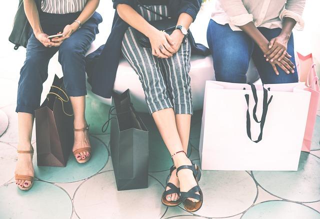 tři ženy po nákupech.jpg