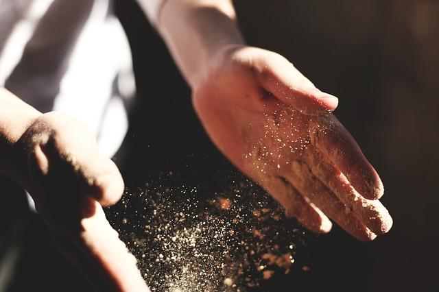 prach mezi dlaněmi