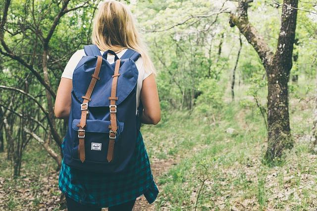 žena s batohem v lese