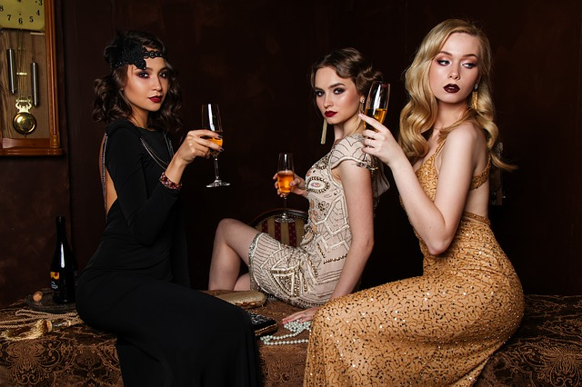 tři dámy se šampusem