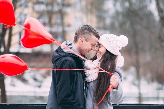 muž a žena s balónkami