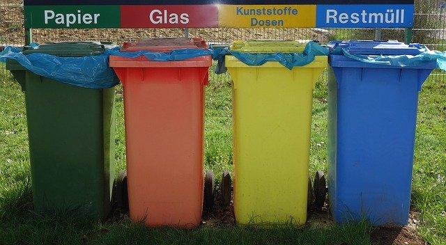 Odpad třídíme do barevných kontejnerů.