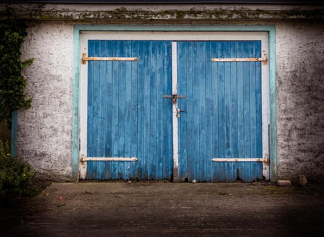 modrá dřevěná garáž